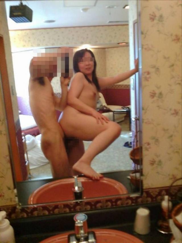 鏡越しに彼女のエロい姿を撮影だぁwwwラブホでいちゃつくカップルって裏山しいすなーwww 2424