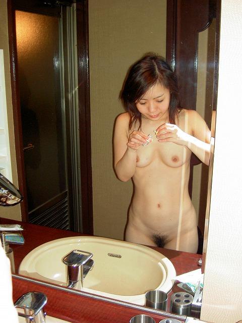 鏡越しに彼女のエロい姿を撮影だぁwwwラブホでいちゃつくカップルって裏山しいすなーwww 2438