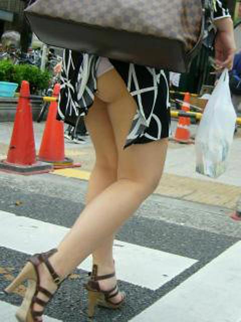 スカートめくれてるしwwwおちゃめなパンチラ街撮り画像www 0431