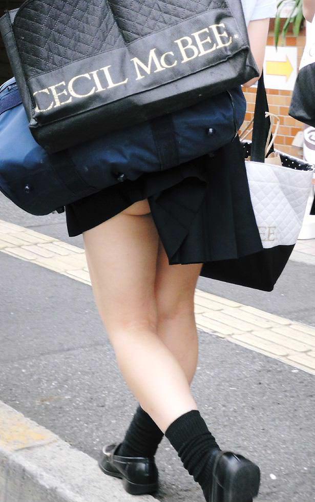 スカートめくれてるしwwwおちゃめなパンチラ街撮り画像www 0432