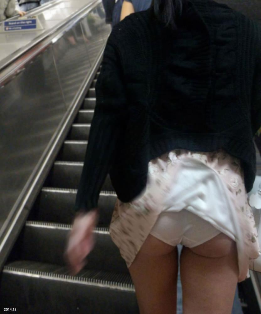 スカートめくれてるしwwwおちゃめなパンチラ街撮り画像www 0433
