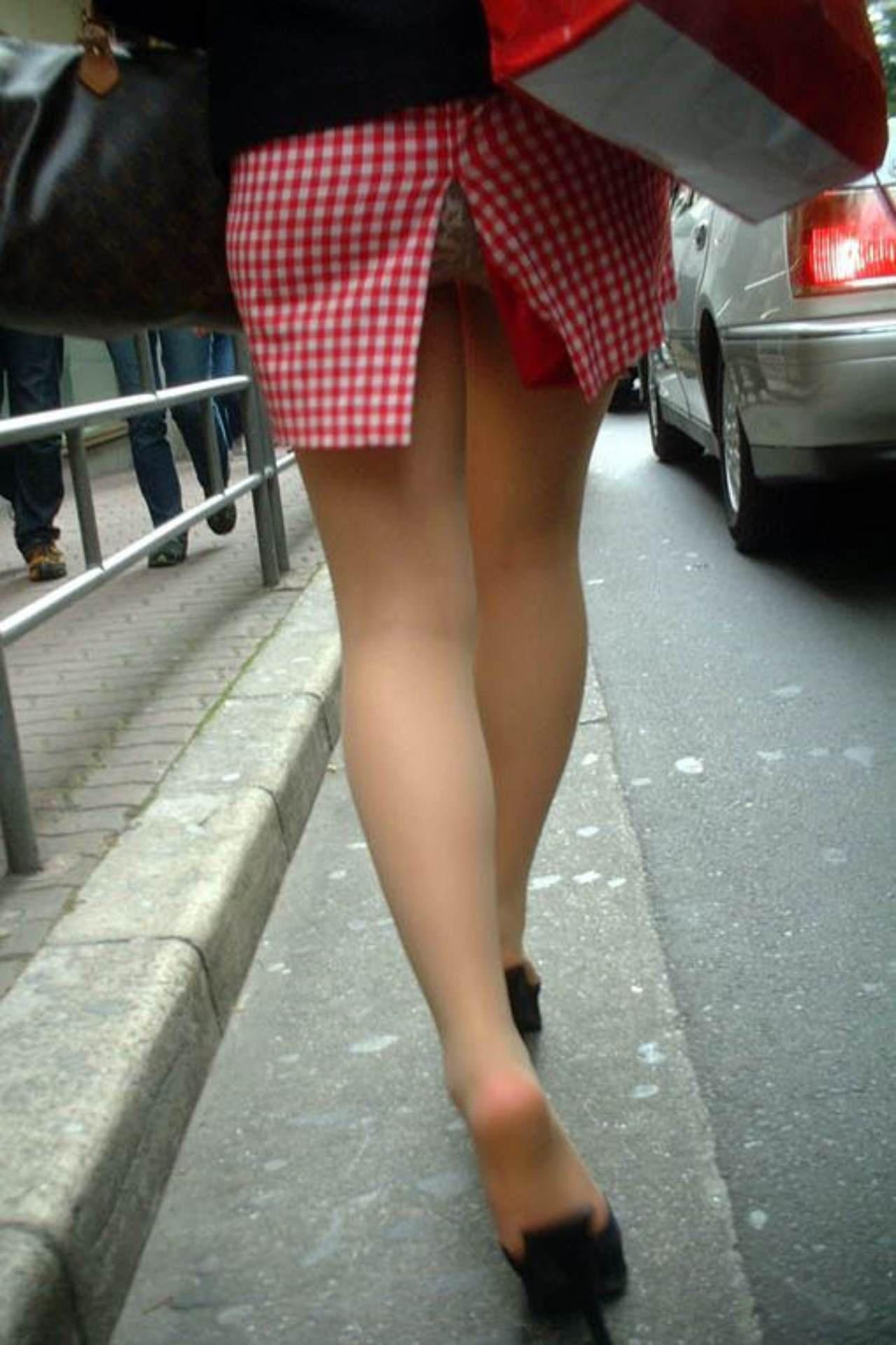 スカートめくれてるしwwwおちゃめなパンチラ街撮り画像www 0435