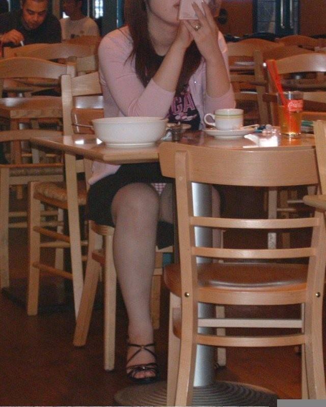 飲食店でパンチラをスマホ撮りwwwミニスカ女子は余裕すぎでしょwww 1181
