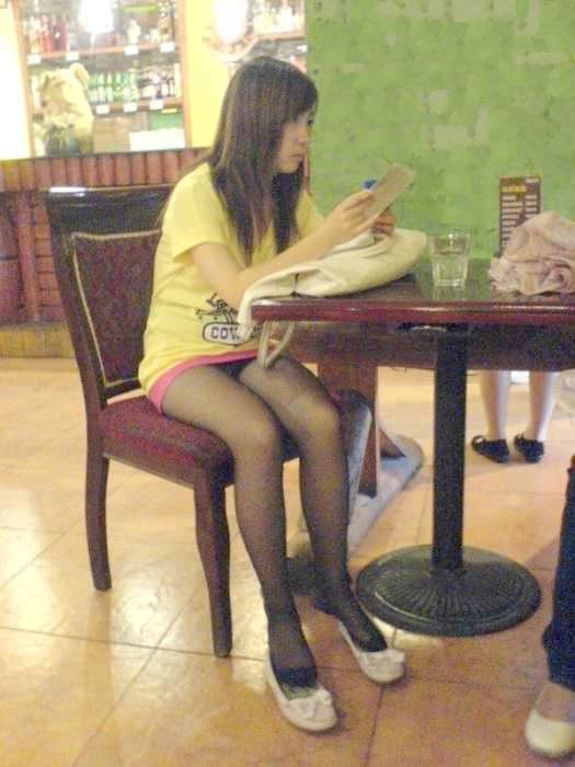飲食店でパンチラをスマホ撮りwwwミニスカ女子は余裕すぎでしょwww 1183