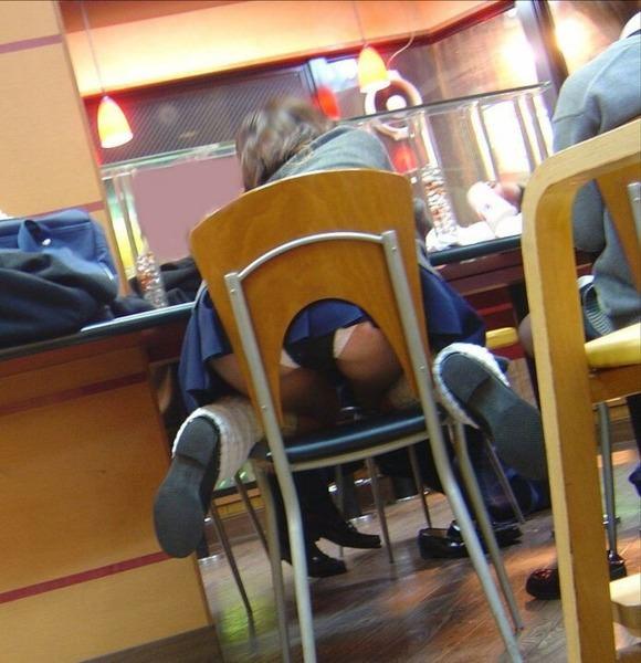 飲食店でパンチラをスマホ撮りwwwミニスカ女子は余裕すぎでしょwww 1185