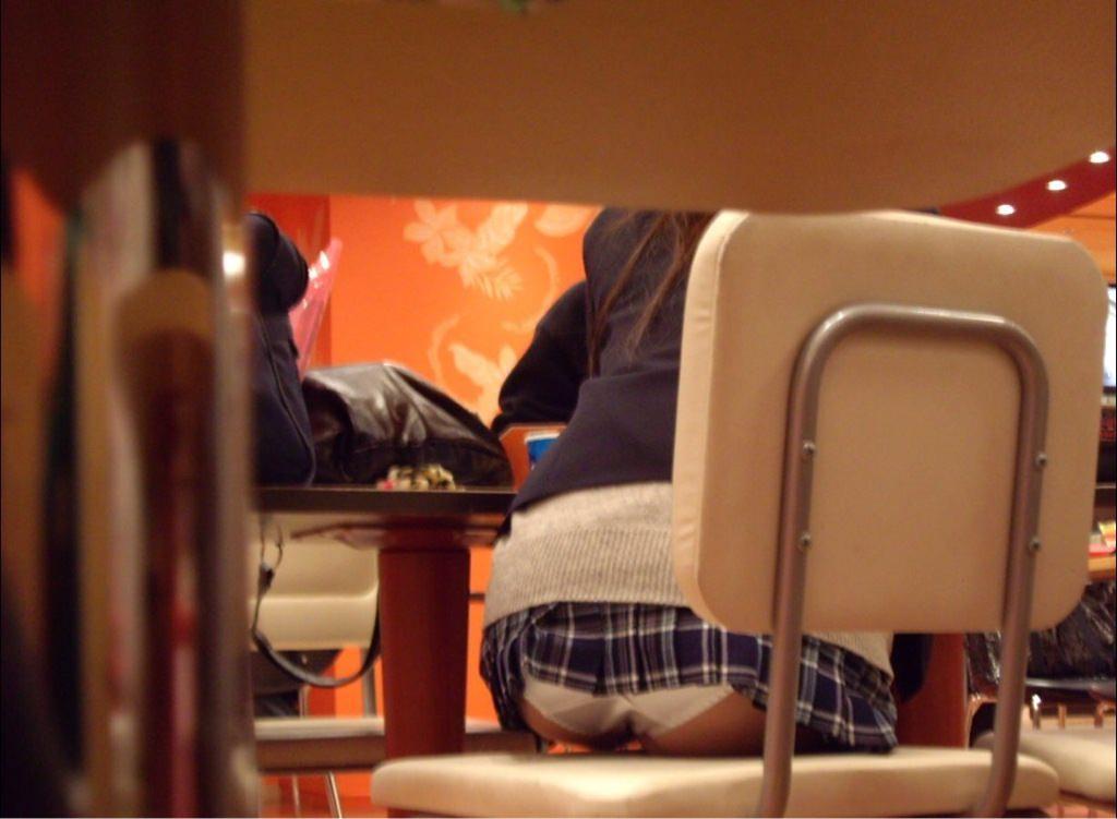 飲食店でパンチラをスマホ撮りwwwミニスカ女子は余裕すぎでしょwww 1186