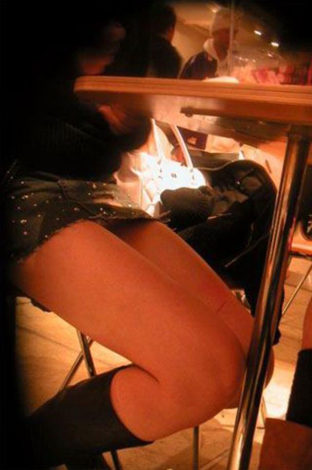 飲食店でパンチラをスマホ撮りwwwミニスカ女子は余裕すぎでしょwww 1188