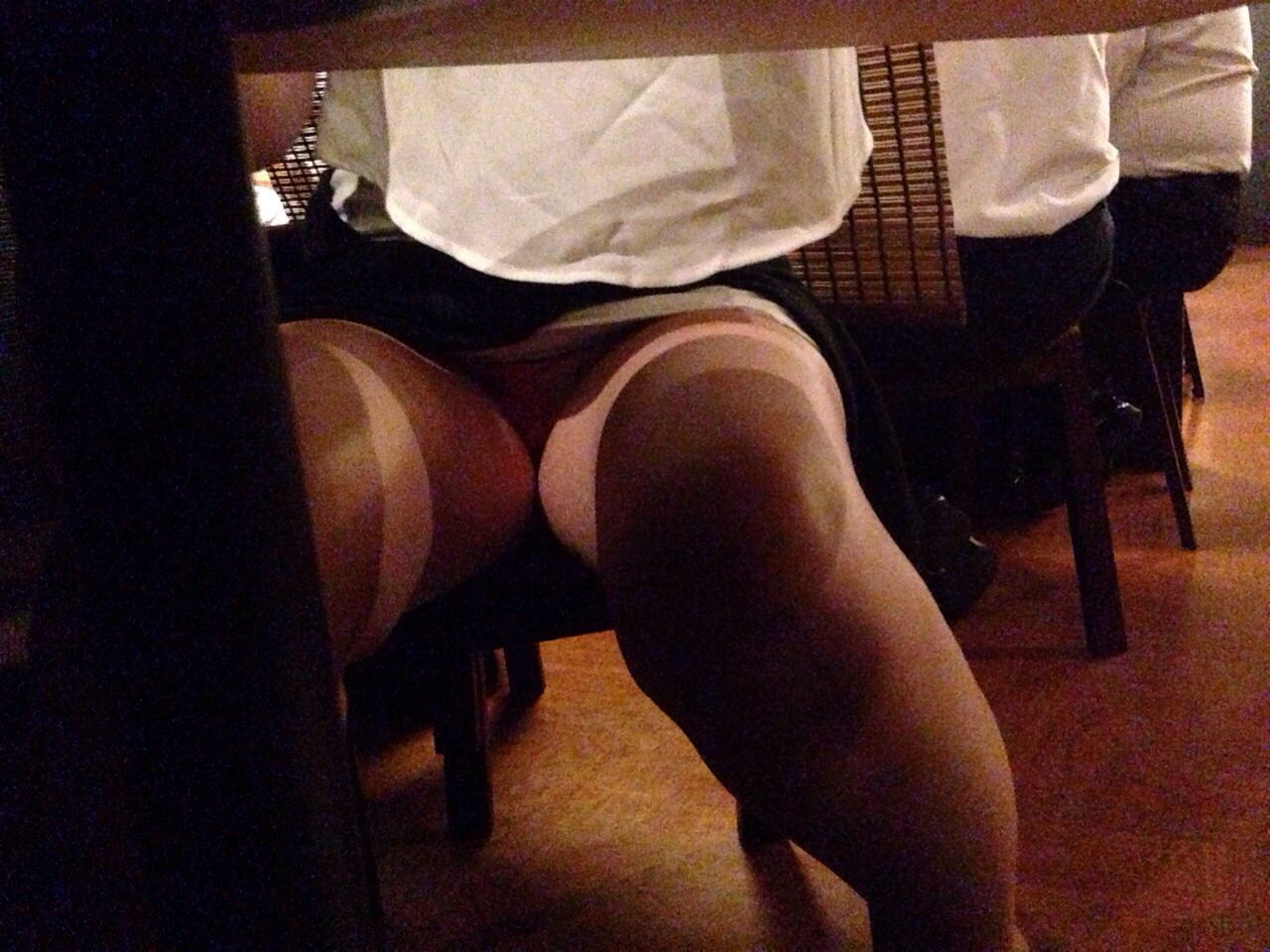 飲食店でパンチラをスマホ撮りwwwミニスカ女子は余裕すぎでしょwww 1189