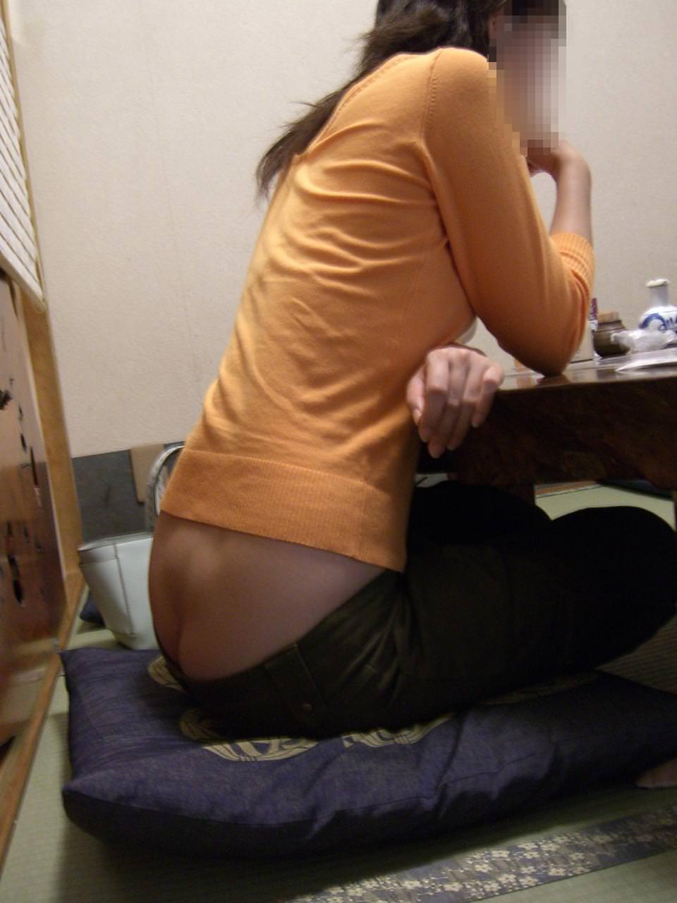 飲食店でパンチラをスマホ撮りwwwミニスカ女子は余裕すぎでしょwww 1193