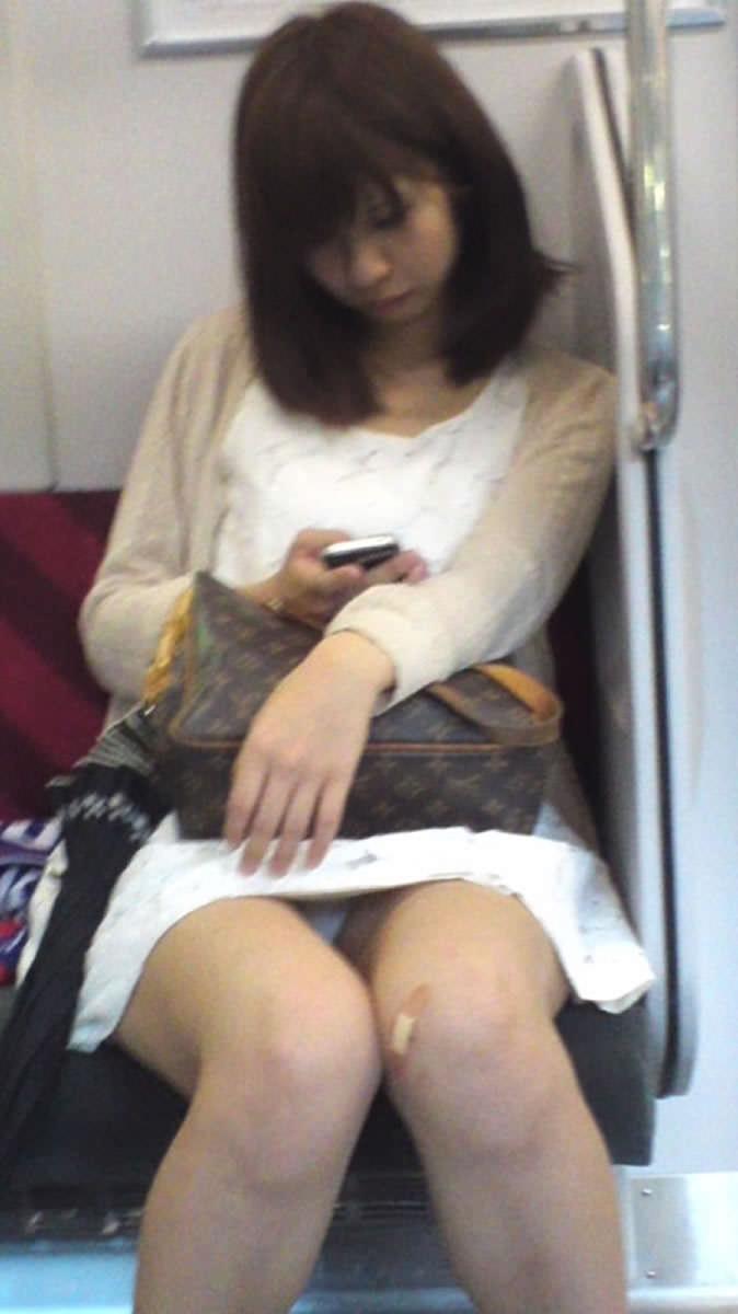 成熟した大人のお姉さんのパンティwww電車で隠し撮りされたパンチラ画像www 2701