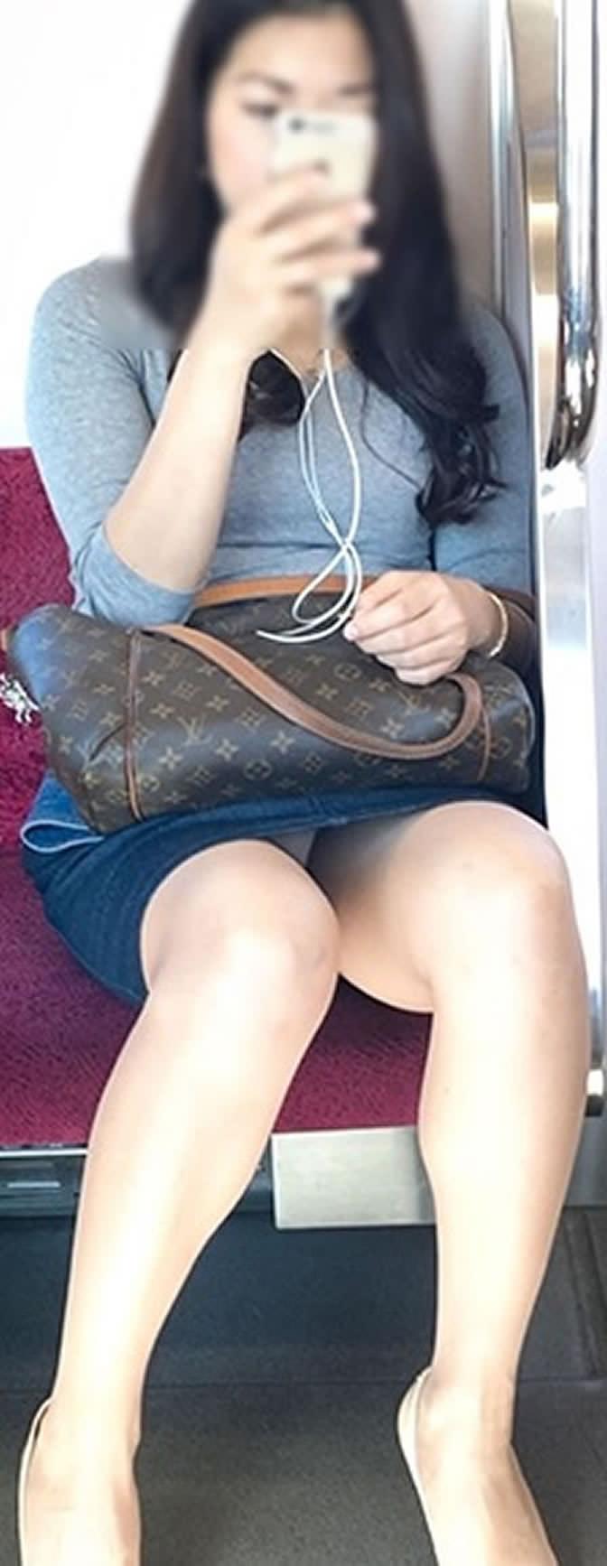成熟した大人のお姉さんのパンティwww電車で隠し撮りされたパンチラ画像www 2703