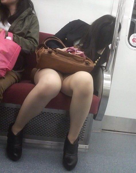 成熟した大人のお姉さんのパンティwww電車で隠し撮りされたパンチラ画像www 2710
