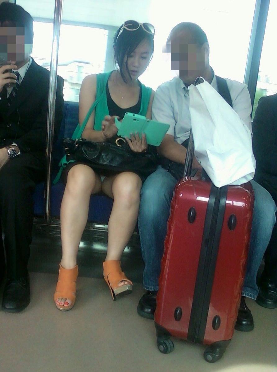 成熟した大人のお姉さんのパンティwww電車で隠し撮りされたパンチラ画像www 2712