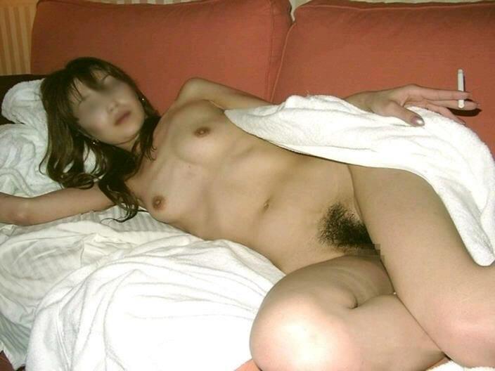 ヤニカスま~ん!激しいエッチが終わった後に全裸でタバコふかす熟女がコチラですwwww 2740