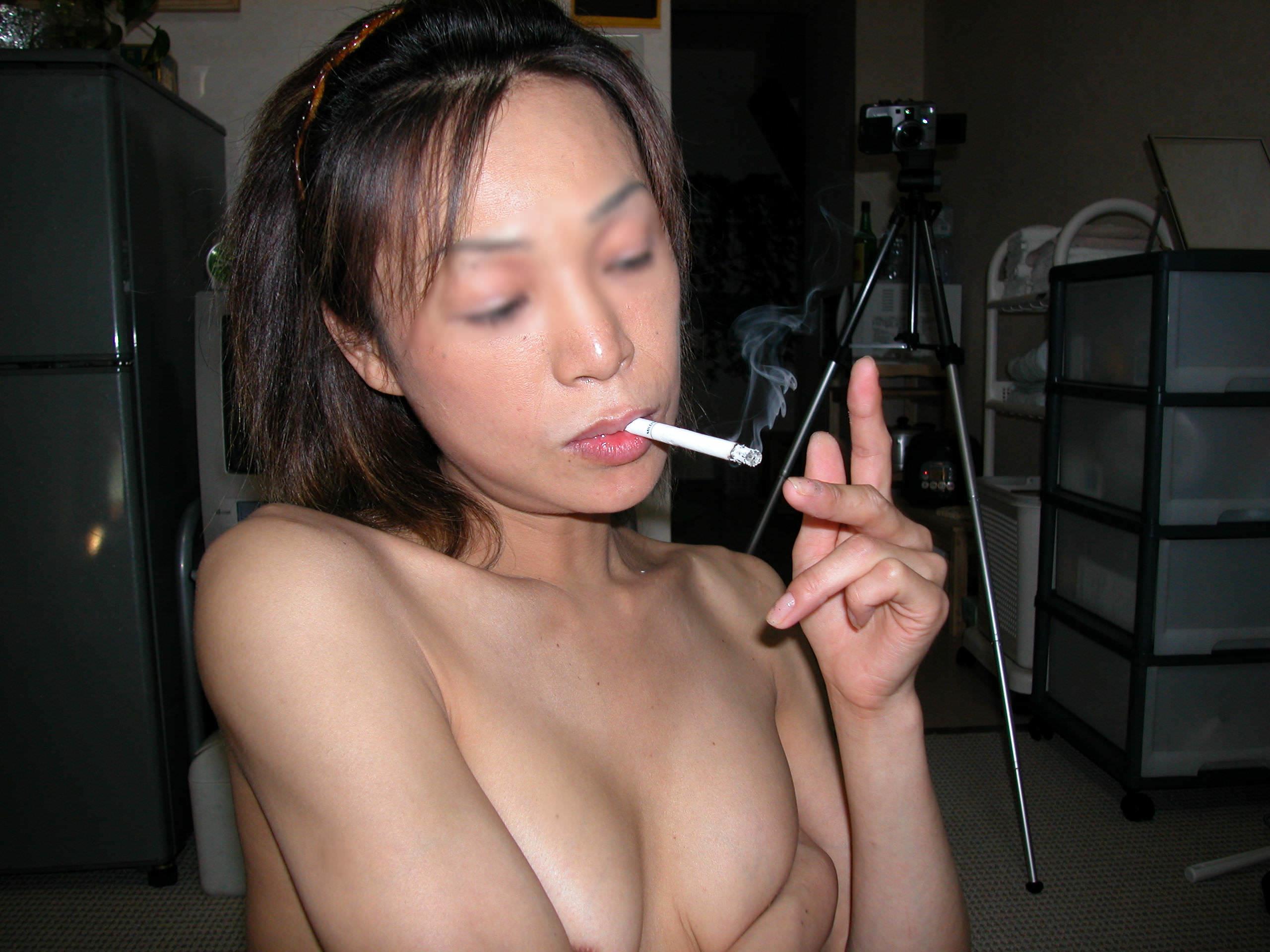 ヤニカスまんさん!激しいエッチが終わった後に全裸でタバコふかす熟女がコチラですwwww 2742