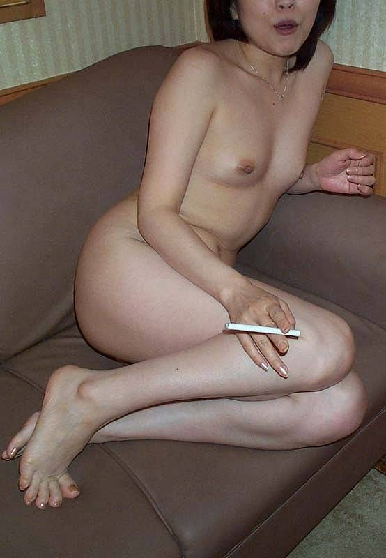 ヤニカスまんさん!激しいエッチが終わった後に全裸でタバコふかす熟女がコチラですwwww 2748