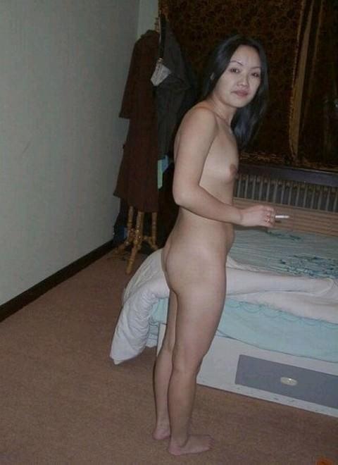 ヤニカスまんさん!激しいエッチが終わった後に全裸でタバコふかす熟女がコチラですwwww 2752