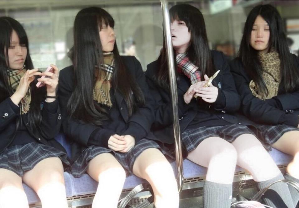 スカート短すぎてパンチラ見えそうなJKと電車で遭遇wwwwwwww 6nlvNvk 1