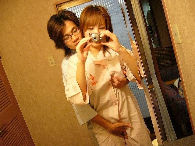 鏡越しにハレンチな写真撮影する夫婦wwwwwww 0383