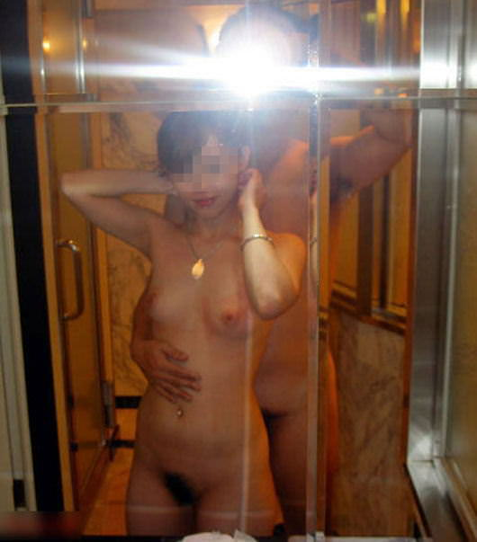 鏡越しにハレンチな写真撮影する夫婦wwwwwww 0386