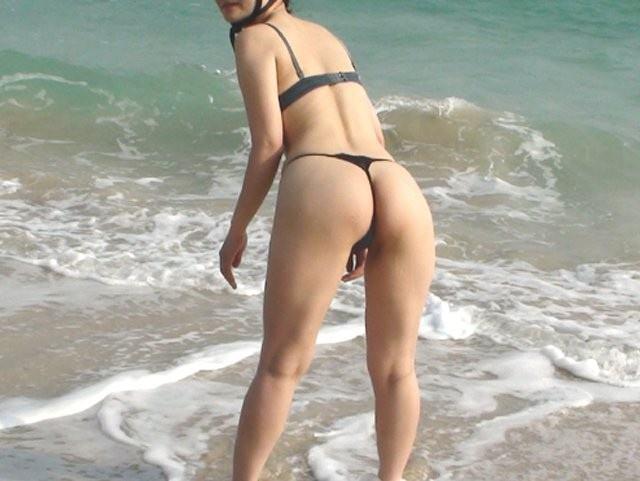 エロギャルが待ち遠しいwww夏のビーチで露出が過激なビキニの素人娘www 2371