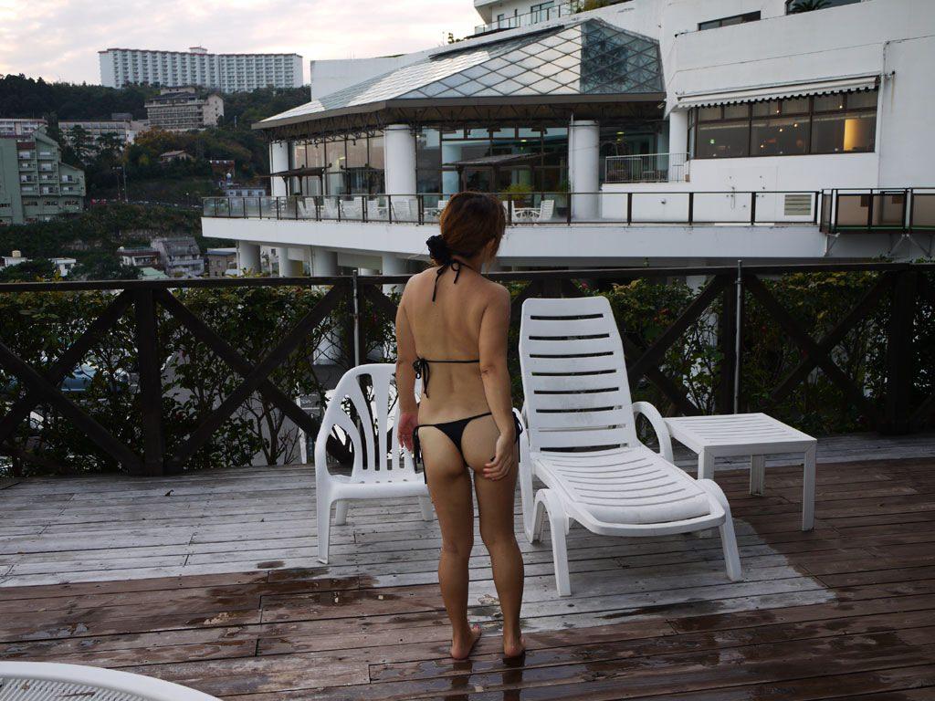 エロギャルが待ち遠しいwww夏のビーチで露出が過激なビキニの素人娘www 2383