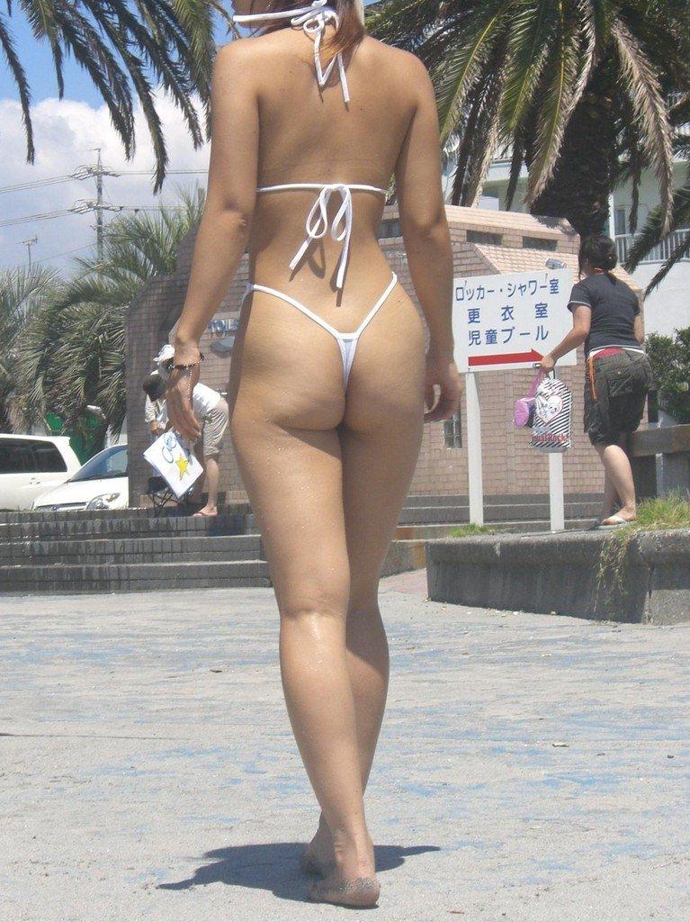 エロギャルが待ち遠しいwww夏のビーチで露出が過激なビキニの素人娘www 2389