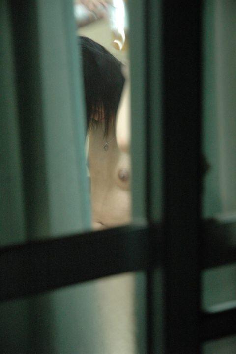 近所の女子大生の部屋のカーテンが少し開いてた!!!お風呂上がりでおっぱい丸見えwww 1001