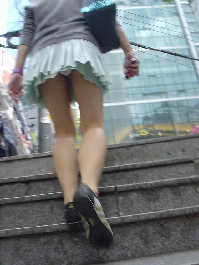ミニスカお姉さんのパンチラ撮影は簡単だぜぇーwww素人街撮り盗撮画像だぁーwww 2203