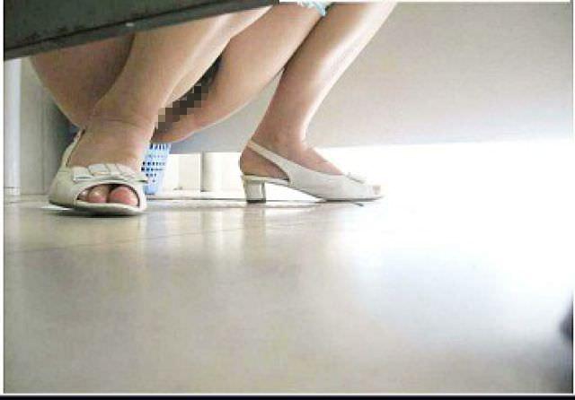 トイレでオシッコする素人のお姉さん!!恥ずかしい姿をガチ盗み撮りしたエロ画像 0890