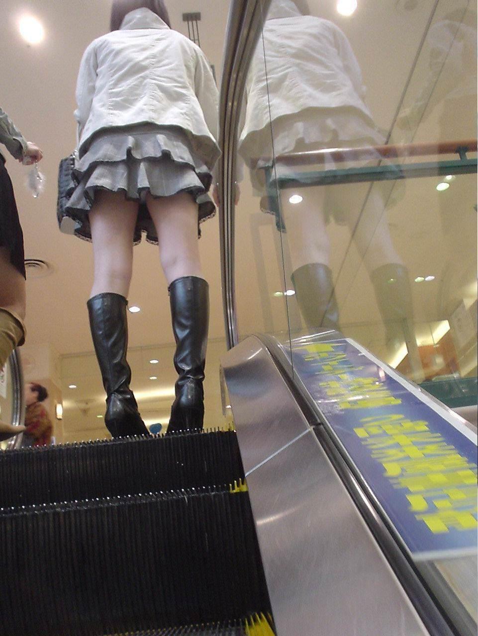 パンチラスポットのエスカレーターで素人お姉さんのパンツをガチ盗み撮りwww 18130