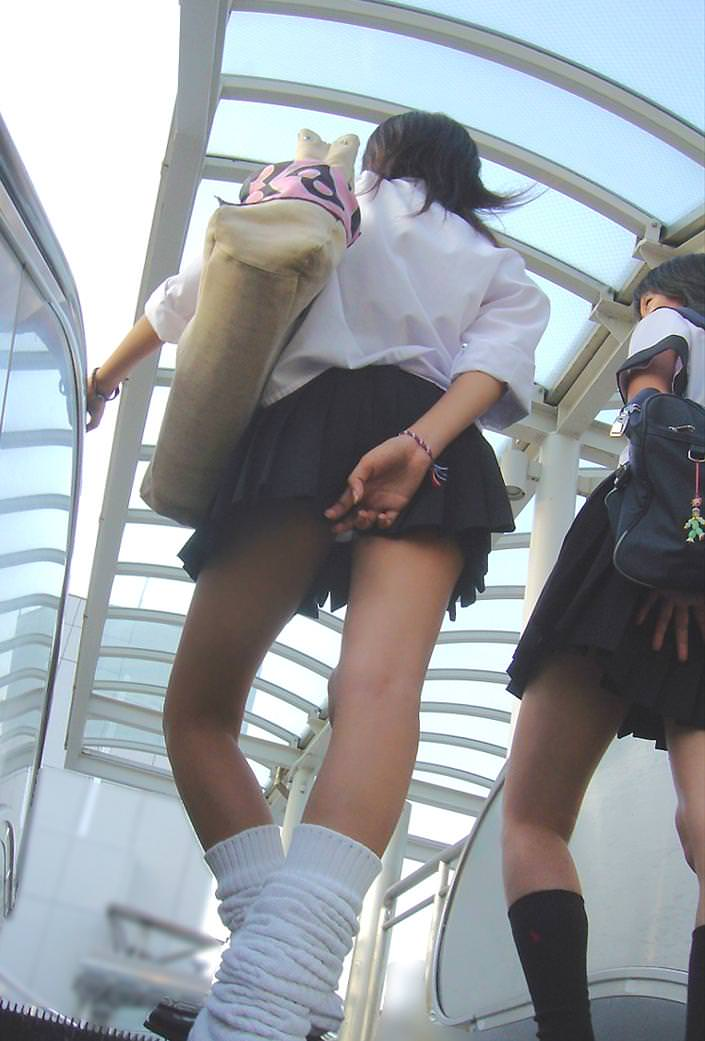 盗撮された女子小学生がこんな態勢でマンコを撮られる画像