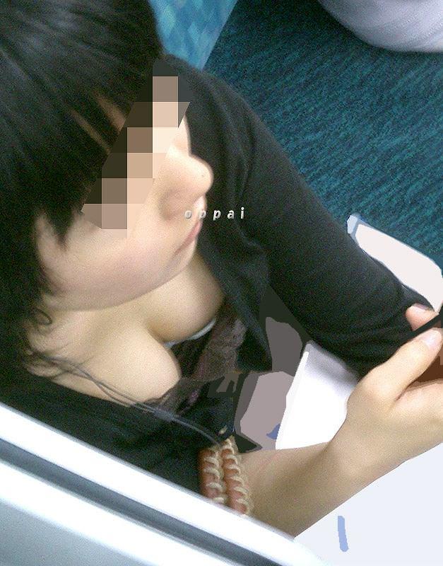 電車でおっぱい覗き見されてるぞー!!!気が付かない素人娘の胸チラゲットwww 2367