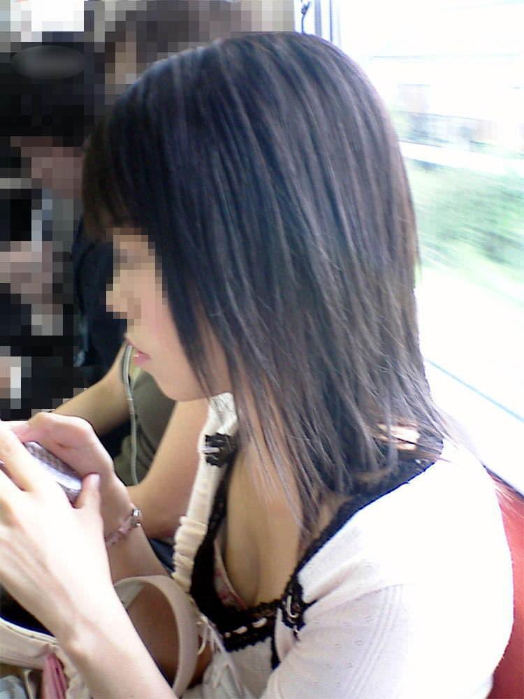 電車でおっぱい覗き見されてるぞー!!!気が付かない素人娘の胸チラゲットwww 2370