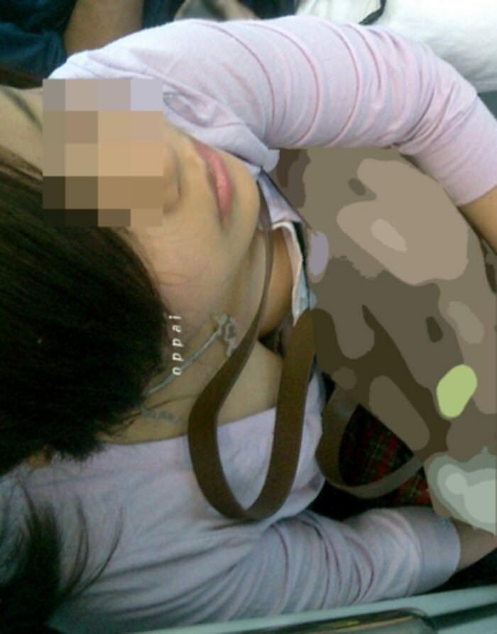電車でおっぱい覗き見されてるぞー!!!気が付かない素人娘の胸チラゲットwww 2371