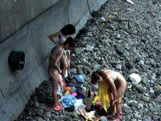 隠れて水着に着替えるもバレバレwww盗み撮りされる素人娘www 2805