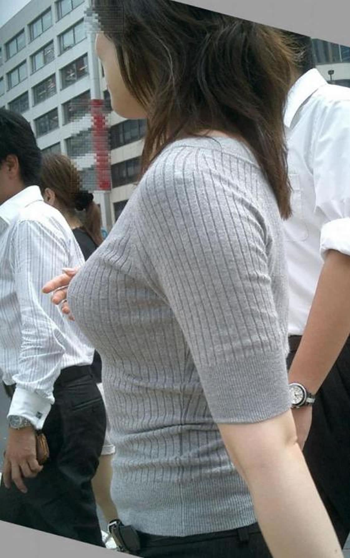 服がはち切れそうなおっぱいの巨乳素人お姉さんを街撮りだぁーwww 2823