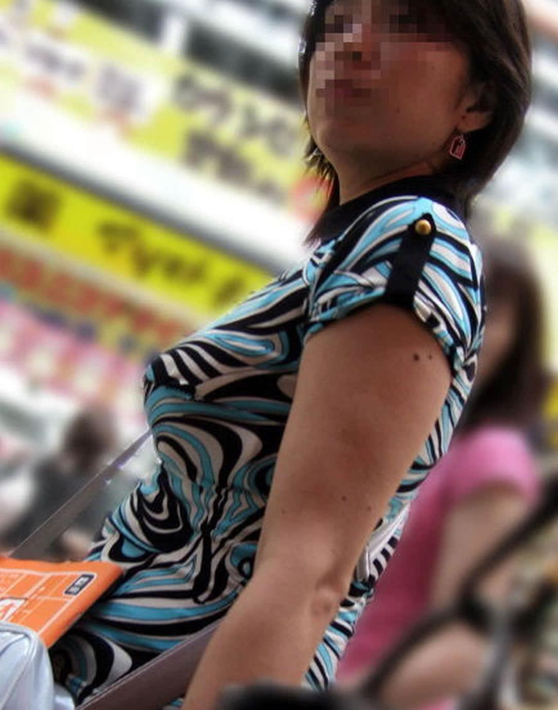 服がはち切れそうなおっぱいの巨乳素人お姉さんを街撮りだぁーwww 2832