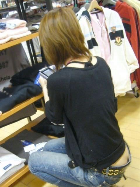 お尻の割れ目が露出しちゃってるショップ店員や一般の素人女性を盗み撮りwwww 2926