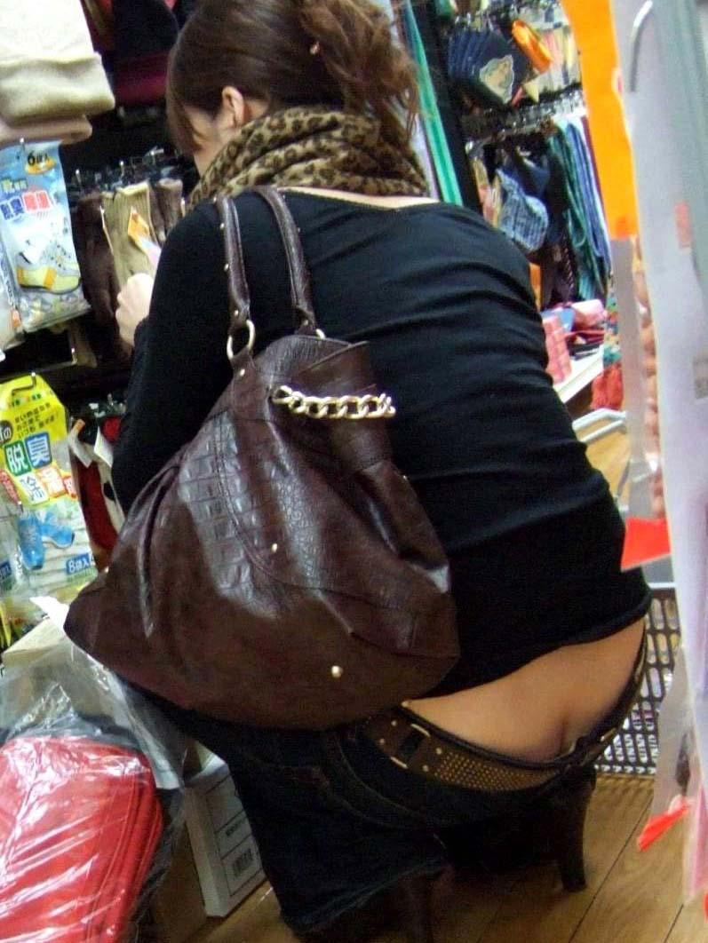 お尻の割れ目が露出しちゃってるショップ店員や一般の素人女性を盗み撮りwwww 2927