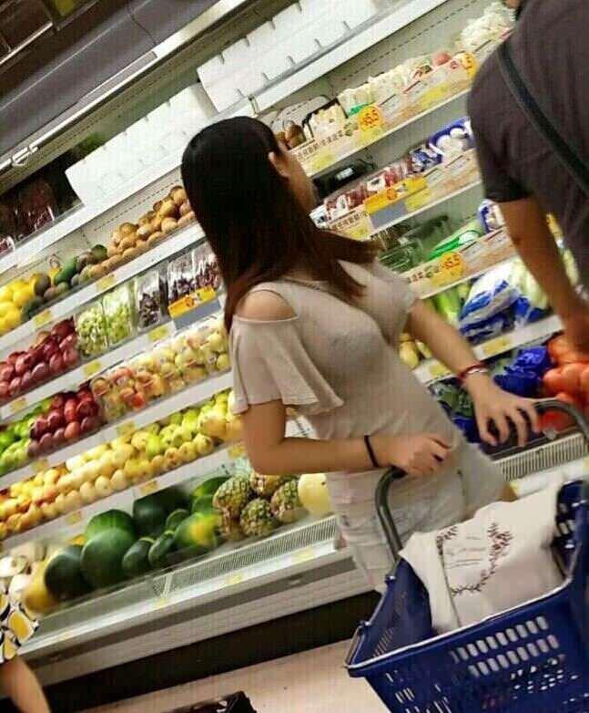スーパーで買物する巨乳素人妻のエロさは異常wwwwww DytbIo1