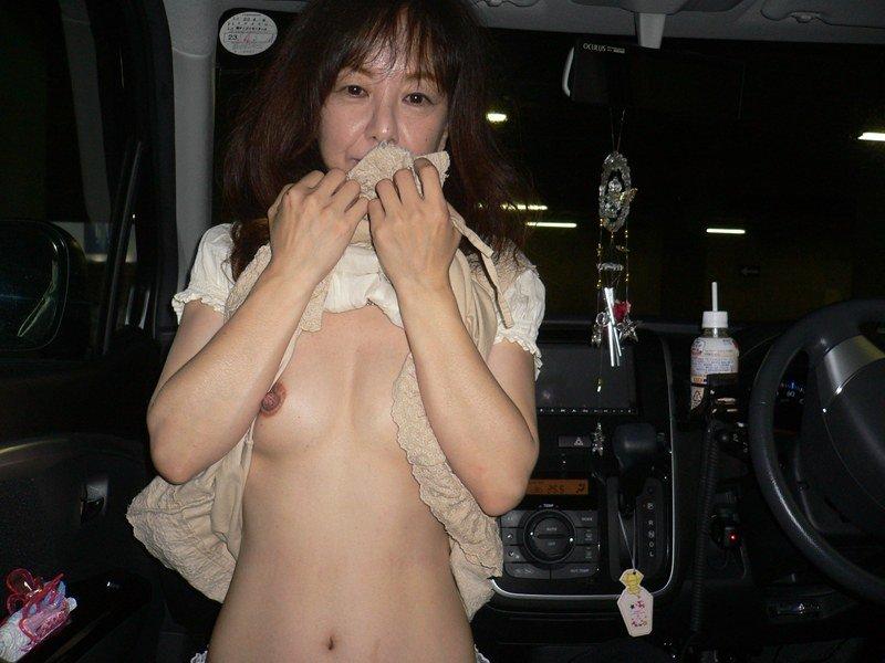 こんな美人妻だって性的欲求に負けて車で露出プレイwww興奮したままセックス突入だぁーwww 02123
