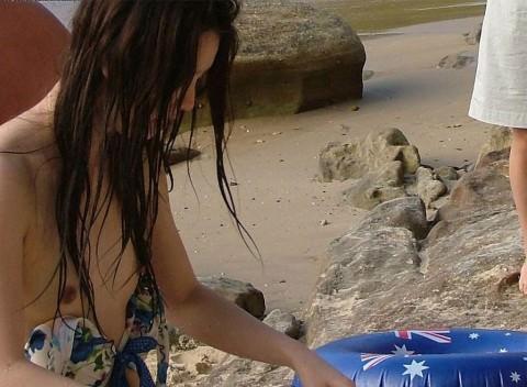 ビキニの開放感から気付かずおっぱいポロリwww貴重な素人娘の乳首が堪らんwww 0213