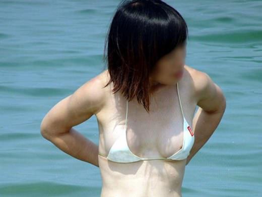 ビキニの開放感から気付かずおっぱいポロリwww貴重な素人娘の乳首が堪らんwww 0215