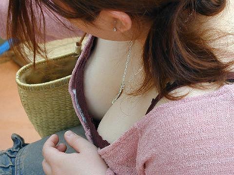どこから狙われてるか分からない胸チラ盗み撮りwww巨乳おっぱいの素人女子は油断大敵www 0267