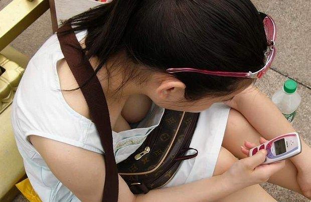 どこから狙われてるか分からない胸チラ盗み撮りwww巨乳おっぱいの素人女子は油断大敵www 0271