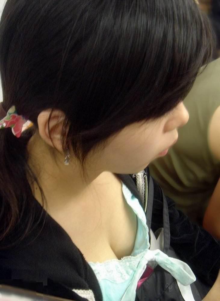 電車で座る無防備な素人娘の胸チラおっぱいwww覗いたら乳首見えてますやんwww 15104