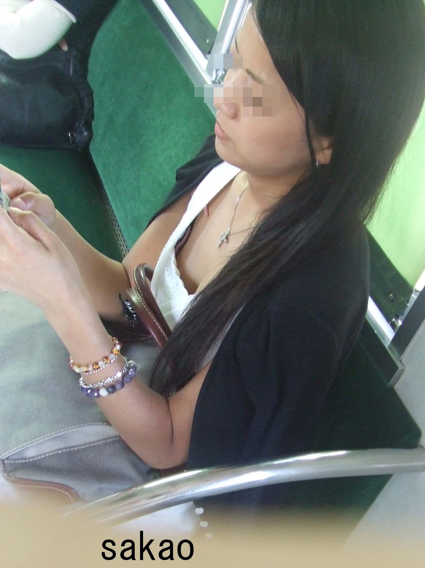 電車で座る無防備な素人娘の胸チラおっぱいwww覗いたら乳首見えてますやんwww 15105