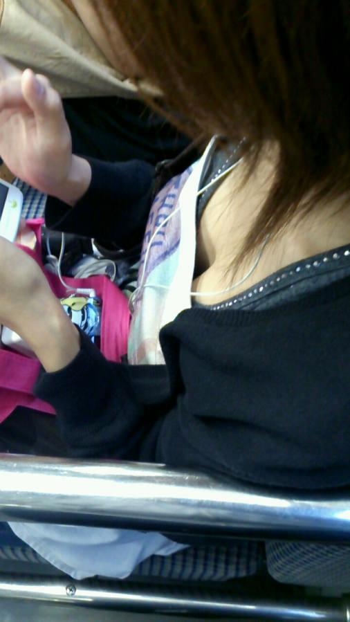 電車で座る無防備な素人娘の胸チラおっぱいwww覗いたら乳首見えてますやんwww 15110
