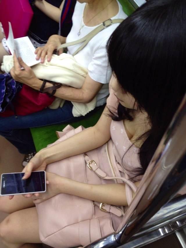 電車で座る無防備な素人娘の胸チラおっぱいwww覗いたら乳首見えてますやんwww 15115